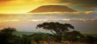 Monte Kilimanjaro al tramonto. Vista dal Parco Nazionale Amboseli, Kenya