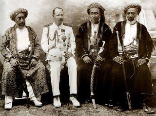 Ufficiale coloniale britannico con commercianti di schiavi islamici a Zanzibar